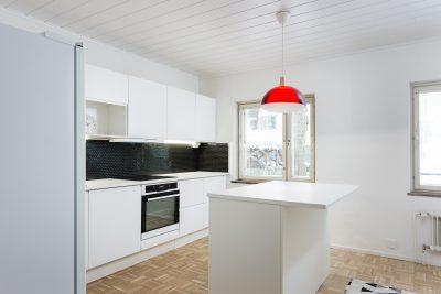 Mustavalkoinen keittiö saarrekkeella