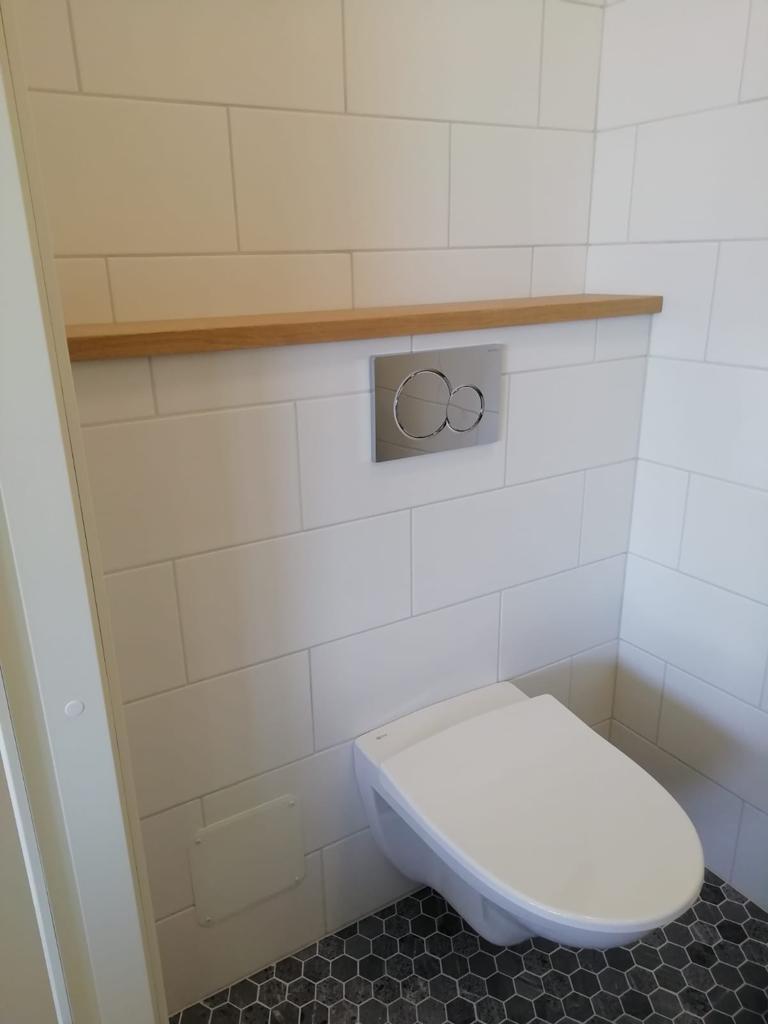 WC seinässä